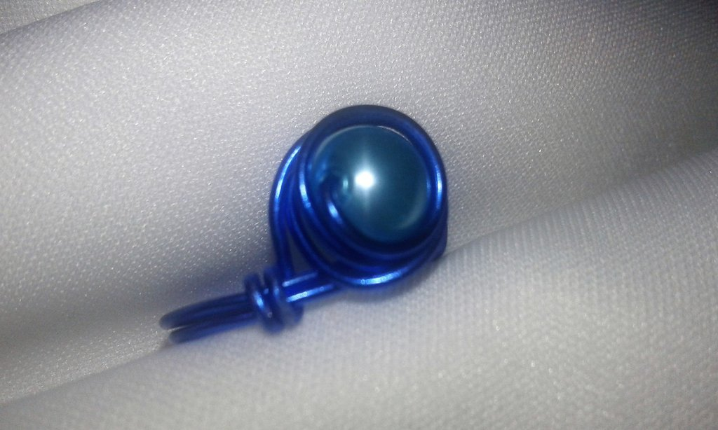 anello in alluminio blu con perla celeste incastonata