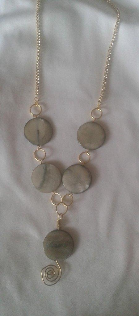 Parure collana e orecchini oro e pietre piatte grigio sfumato