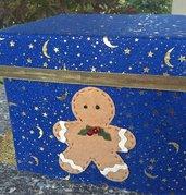 Scatola di cartone rivestita in feltro blu con stelline dorate e ginger in feltro