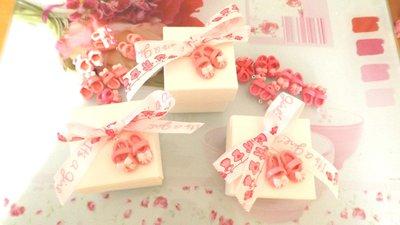 BOMBONIERA COMPLETA SCATOLA  porta confetti  - Battesimo nascita - fimo - SCARPINE ROSA SCURO  - bimba CARTIGLIO  CON NOME IN OMAGGIO