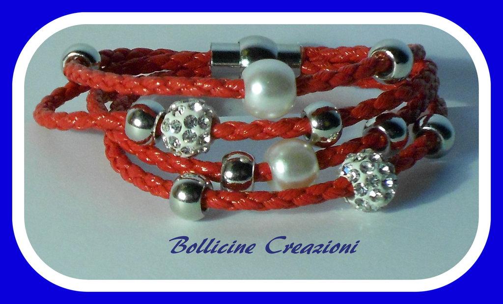 Bracciale rosso in corda sintetica intrecciato con perline e chiusura a calamita