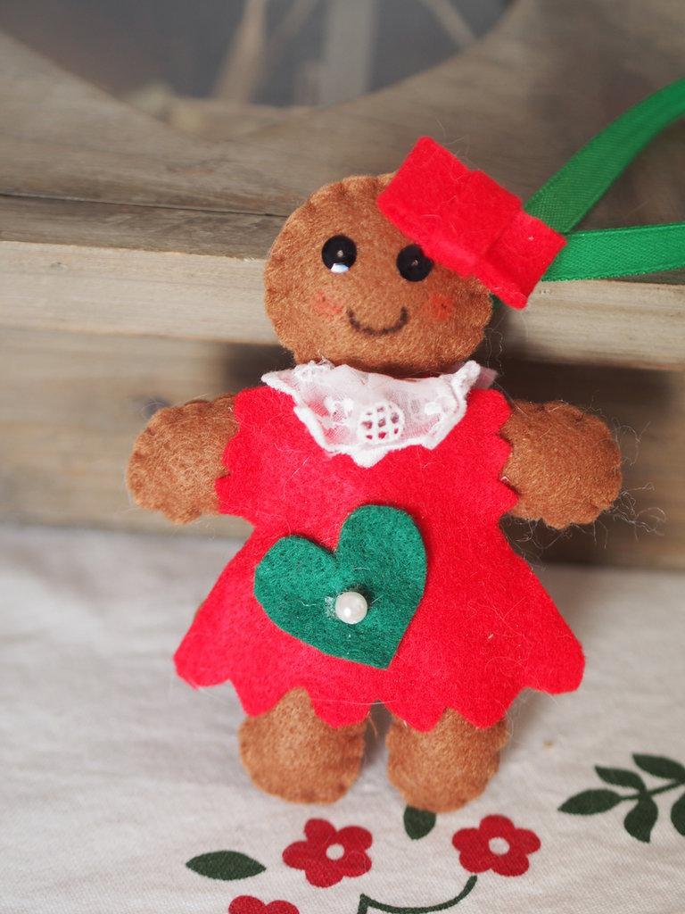 Ginger bread femmina in feltro.Decorazione per l'albero,segnaposto,ferma pacco.Dettagli in raso,perle,paillettes,dipinti.Fatto a mano