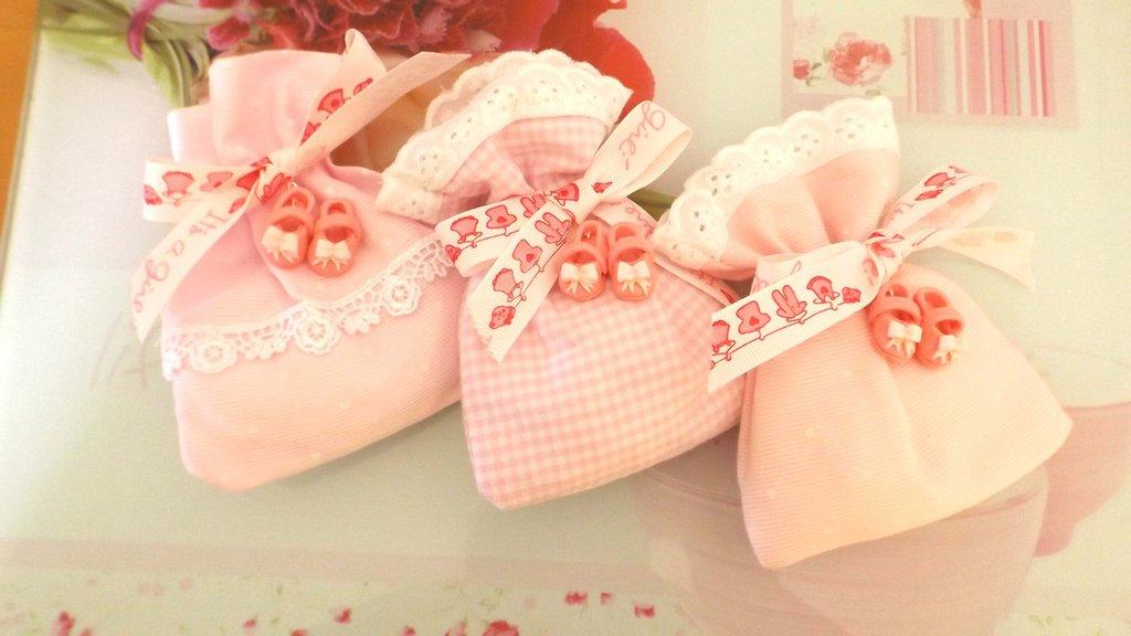 BOMBONIERA COMPLETA  DELUXE sacchettino confetti  - Battesimo nascita - fimo - SCARPINE ROSA SCURO  - bimba TARGHETTA IN LEGNO CON NOME IN OMAGGIO