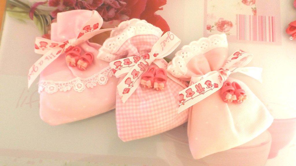 BOMBONIERA COMPLETA  DELUXE sacchettino confetti  - Battesimo nascita - fimo - SCARPINE FUCSIA  - bimba TARGHETTA IN LEGNO CON NOME IN OMAGGIO
