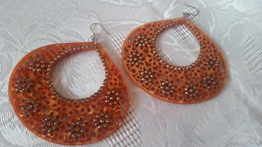 Orecchini pendenti in resina con strass color bronzo