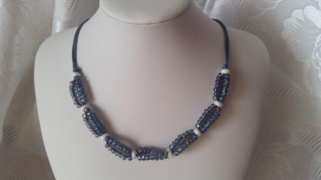 Collana girocollo a gruppetti di perline color bianco e blu