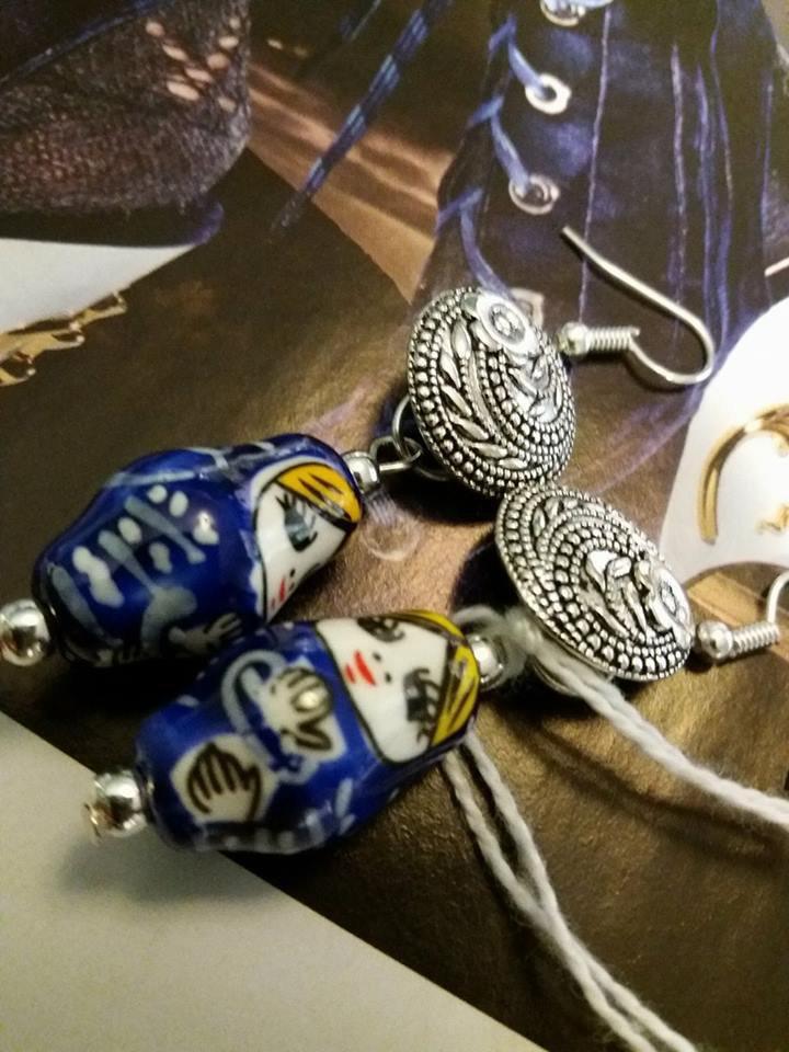 orecchini a gancio con bottone metallico e matrioske
