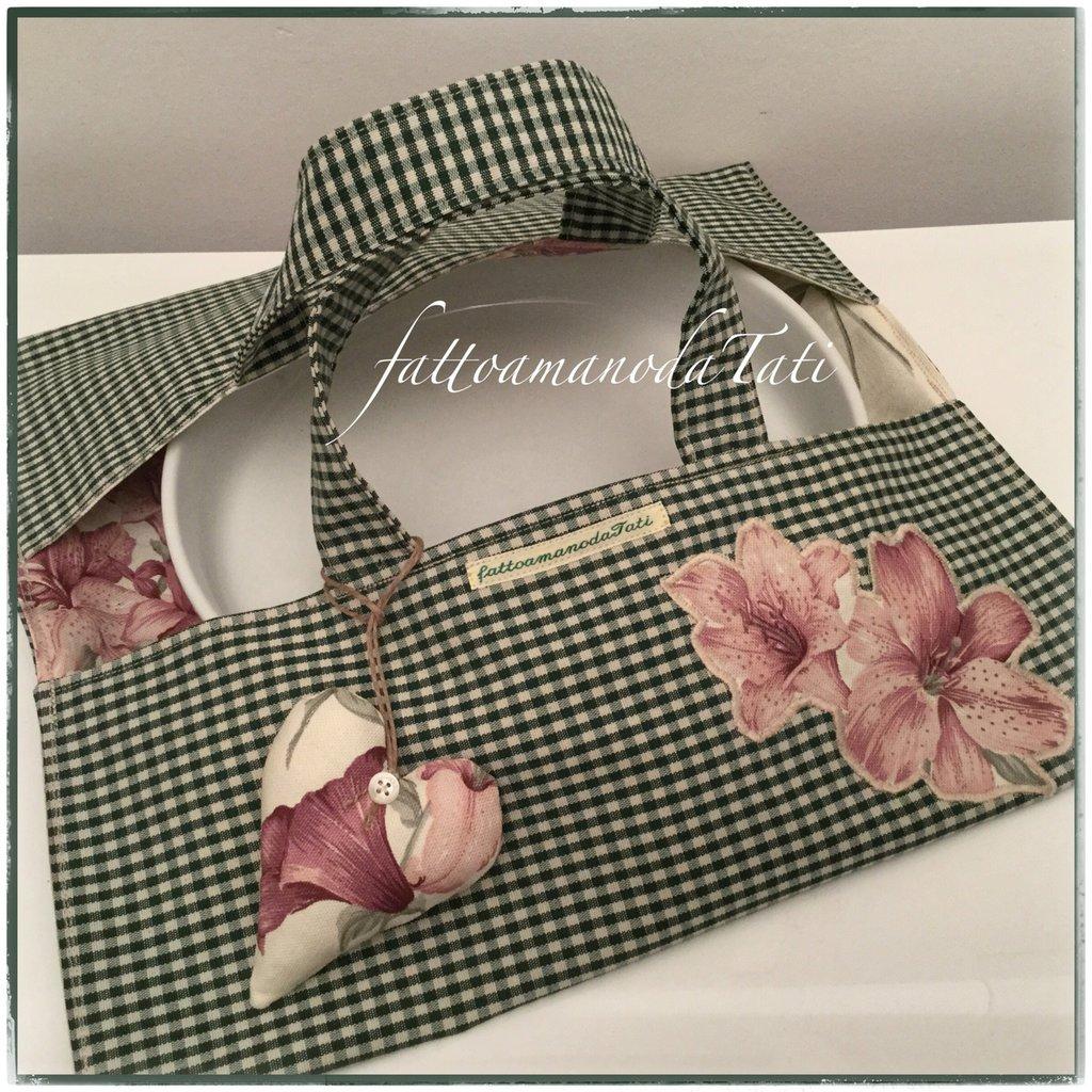 Porta torte in cotone a quadretti verdi e beige foderato in cotone stampa gigli rosa bordò