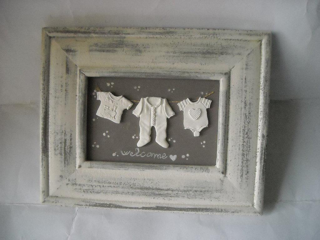 Quadretto decorativo per cameretta bebè con gessetti indumenti neonato