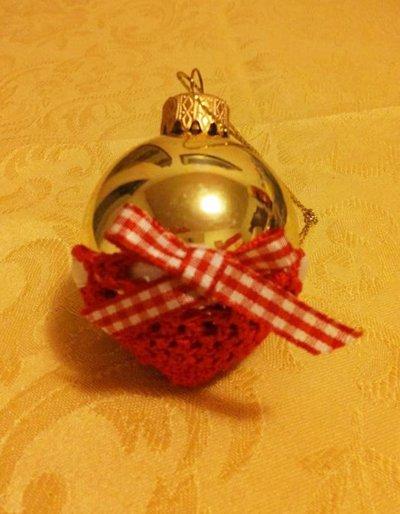 Palla di Natale dorata diametro cm 6 in canestrino di cotone rosso lavorato a uncinetto con fiocchino a quadrettini bianco e rosso