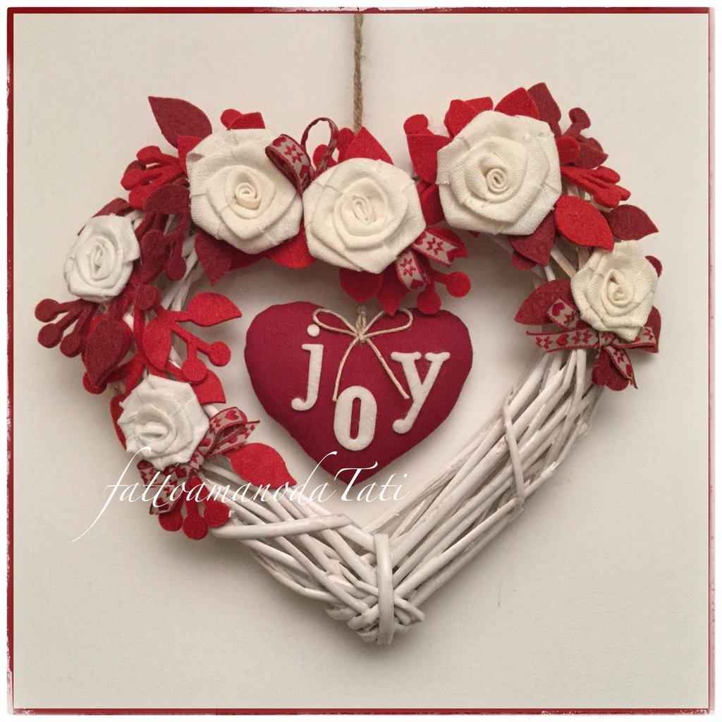 Cuore di vimini bianco JOY decorato con rose di lino bianco e cuore di lino rosso