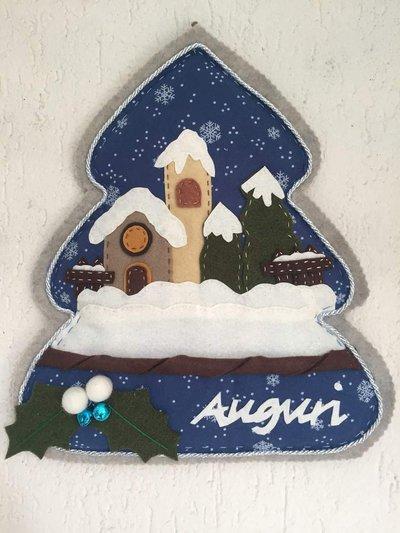 Natale - Albero decorato con paesaggio innevato e scritta Auguri