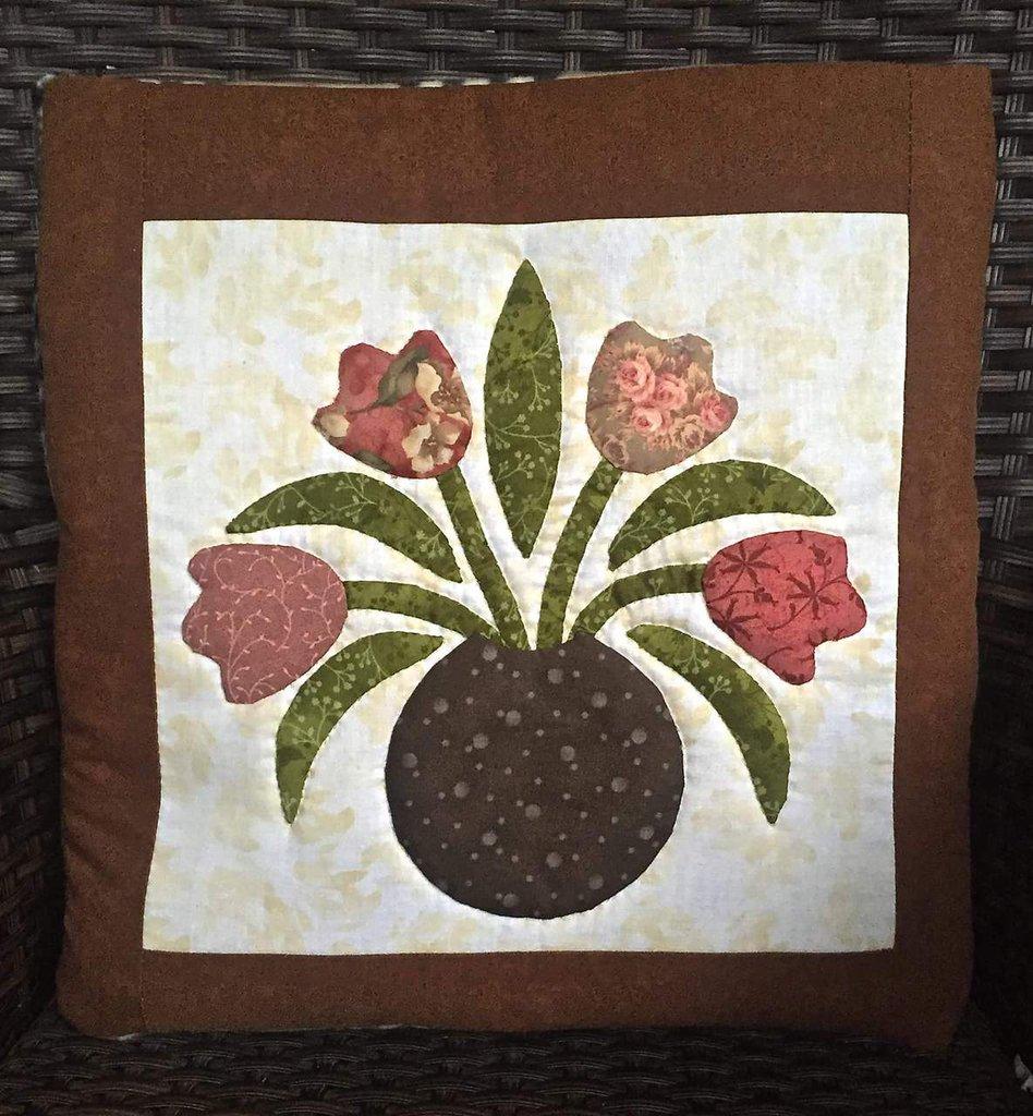 Cuscino quillow con vaso di fiori in appliquè