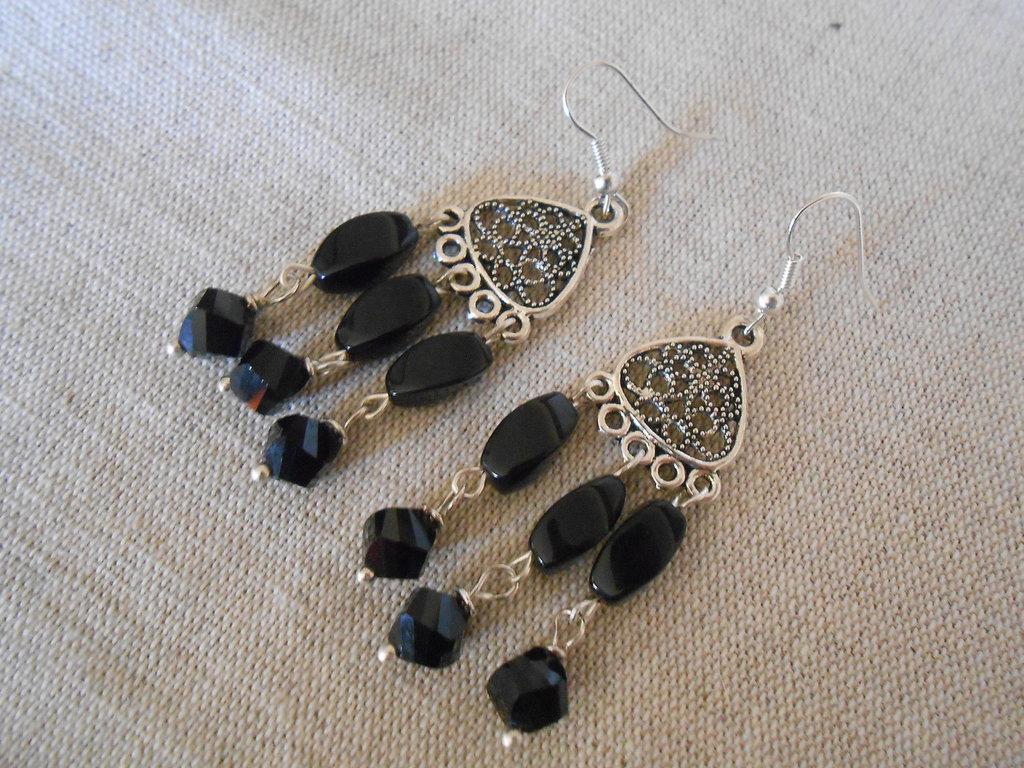 Orecchini chandelier  pendenti con cristalli e pietre dure nere   , idea regalo .
