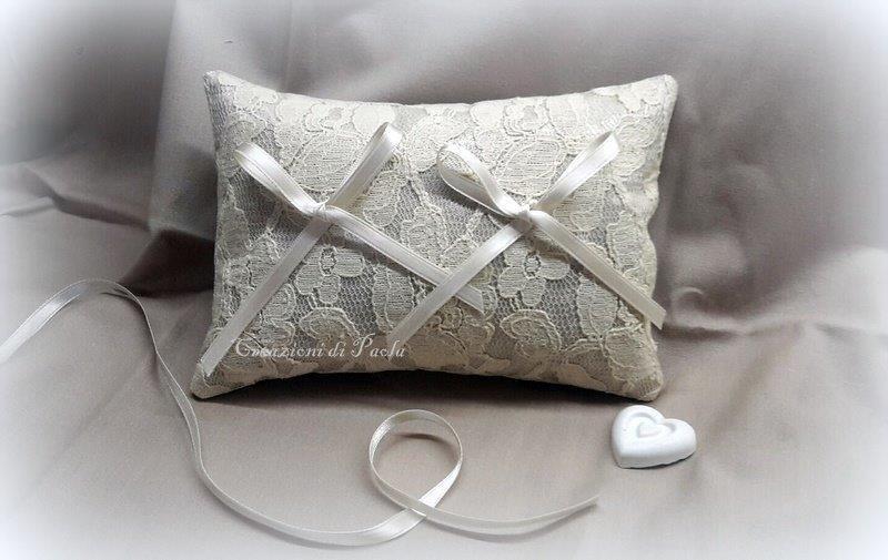 Cuscino portafedi in lino con pizzo