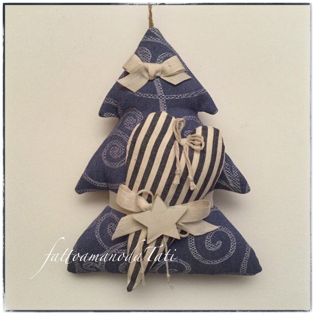 Alberello in cotone blu con cuore a righe beige e blu e stella di legno