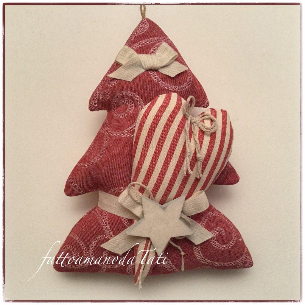 Alberello in cotone rosso con cuore a righe rosse e beige e stella di legno