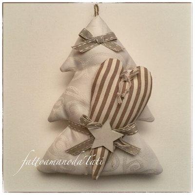 Alberello in cotone color crema con cuore a righe beige e marroni e stella di legno