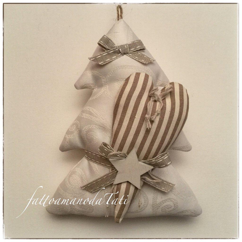 ... cotone color crema con cuore a righe beige e marroni e stella di legno