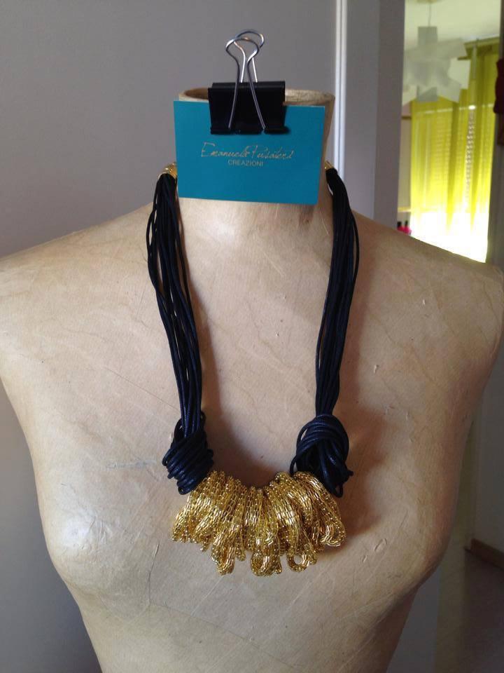 Collana filo cerato e anelli dorati in metallo
