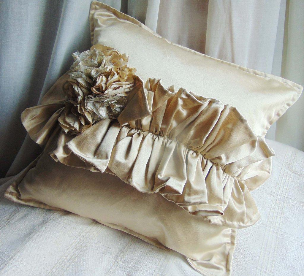 INSERZIONE RISERVATA cuscino in raso beige