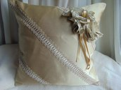 INSERZIONE RISERVATA cuscino raso beige con fasce in macramè