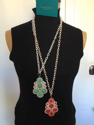 Collane con catene in seta e ciondoli in metallo con perline applicate