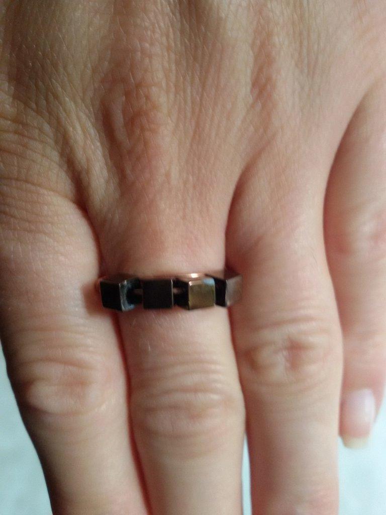 Anello sottile con perle quadrate marroni