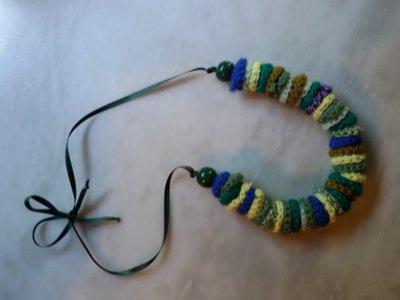 Collana di dischetti di lana colorata