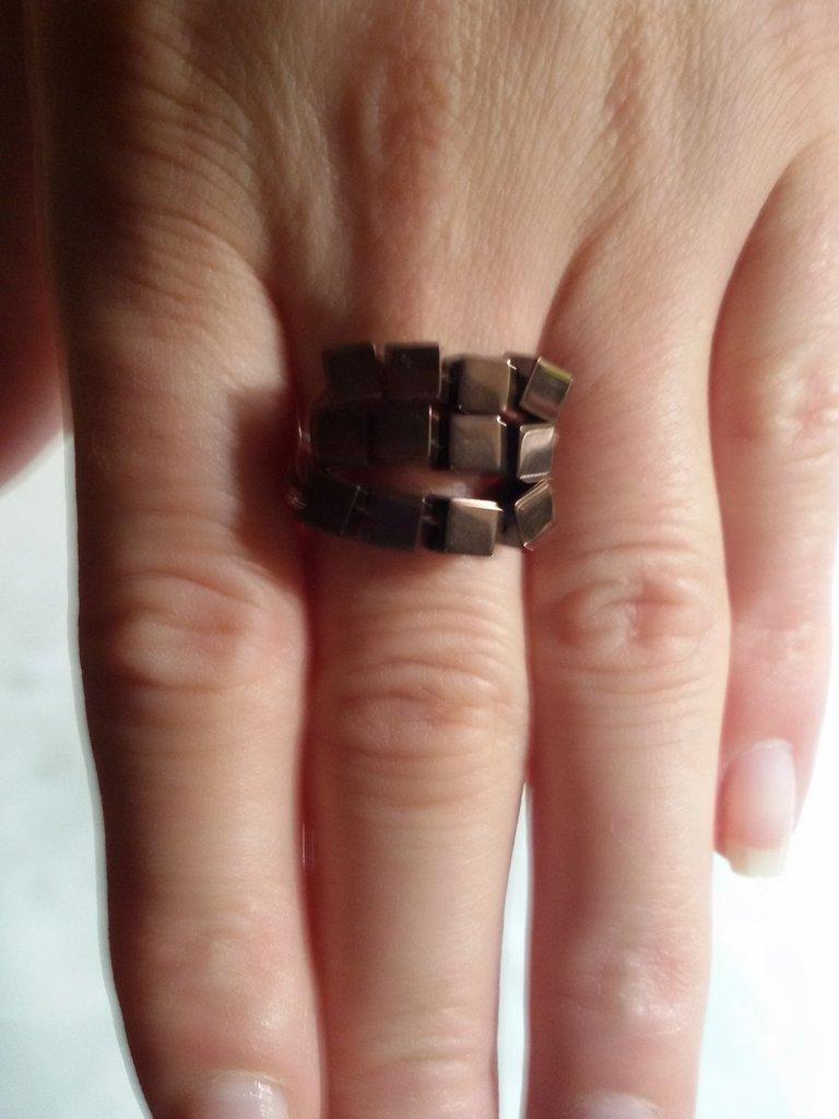 Anello con perle quadrate marroni