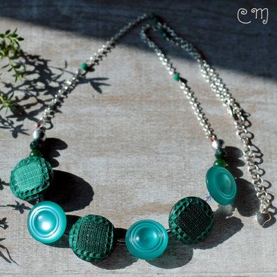 Collana verde con bottoni vintage e cristalli di Boemia