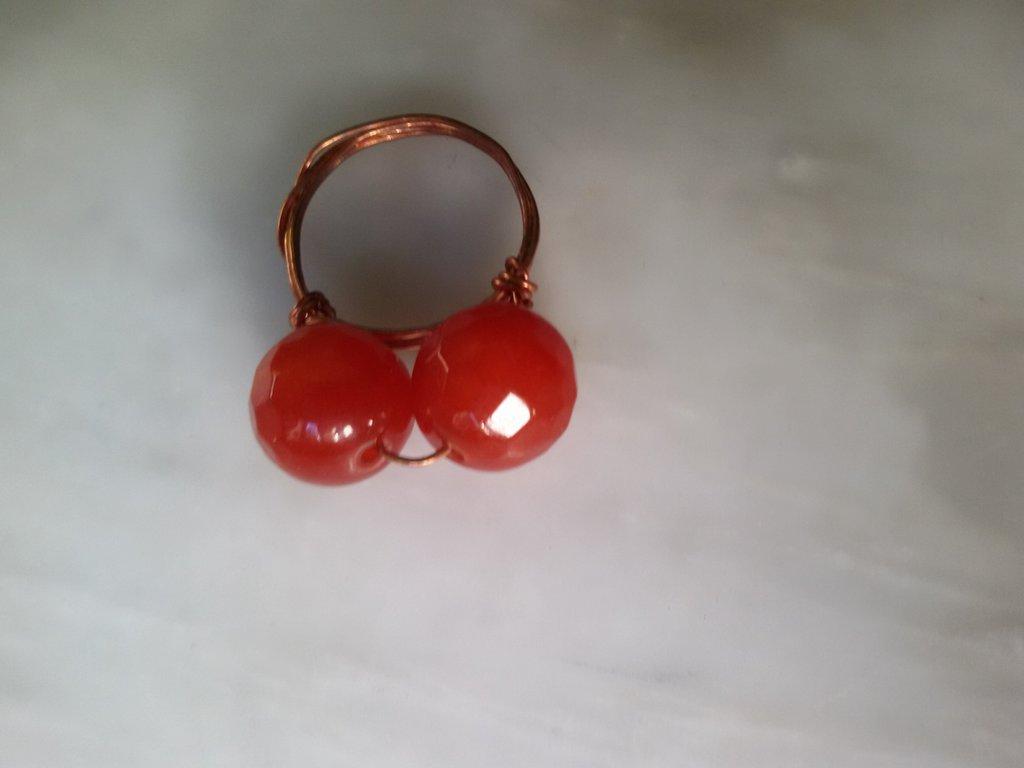 Anello con due perle color corniola