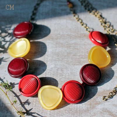 Collana retrò con bottoni rossi e gialli