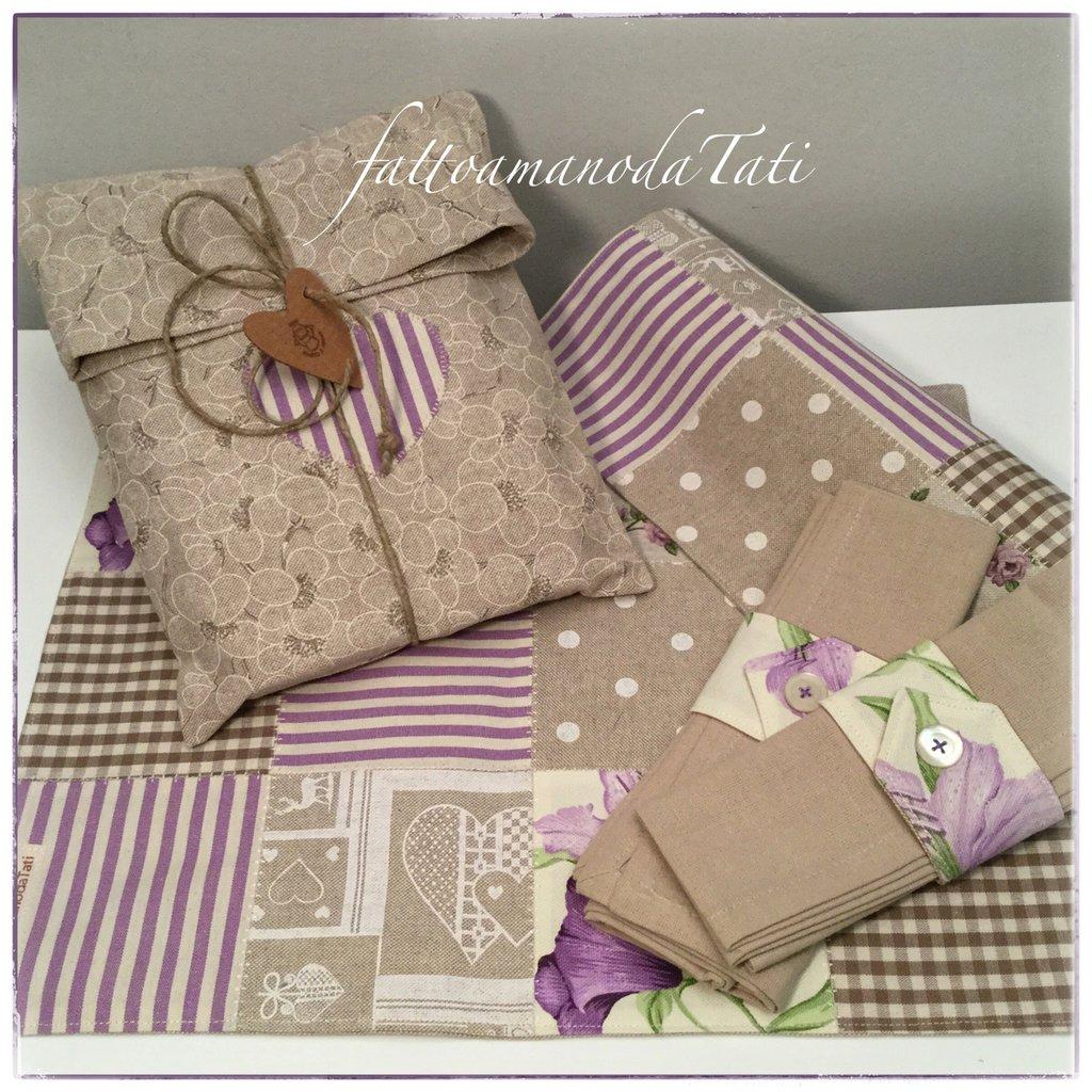 Set tovagliette patchwork in cotone sui toni lilla/ecrù con tovagliolo,portatovagliolo e sacchetto