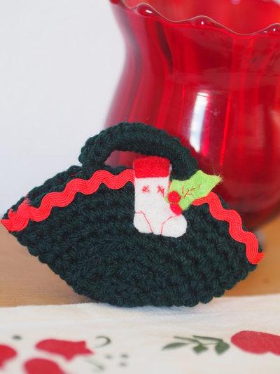 Mini BORSA verde in lana- uncinetto.Decorata con miniature(Calza in feltro ricamata e passamaneria )Decorazione di Natale.Segnaposto,Confezione per gioiello,bomboniera(personalizzabile).Ornamento per pacco