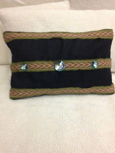 pochette blu con inserti verdi e rosa