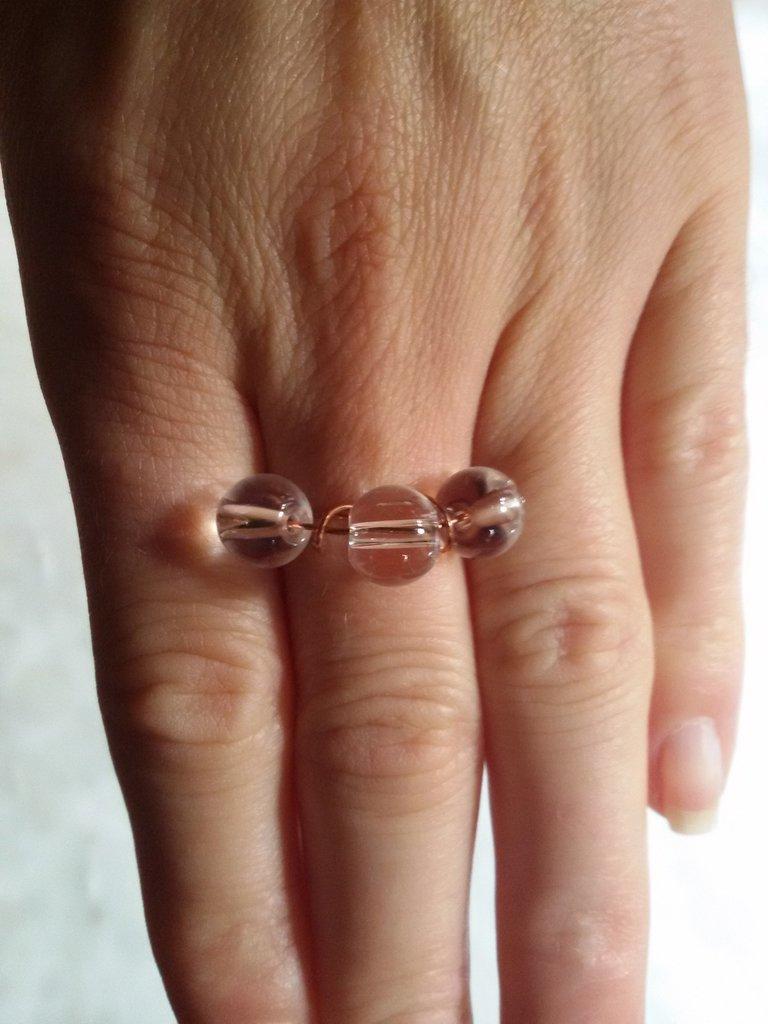 Anello con tre perle di vetro