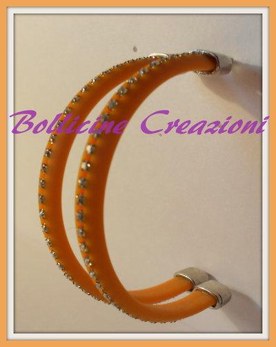 Orecchini con piattina di silicone e strass arancioni