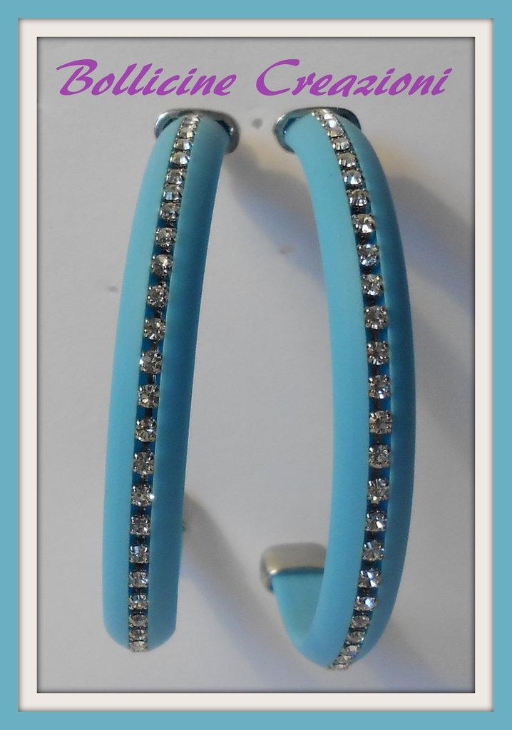 Orecchini con piattina in silicone e catena strass azzurri a forma di semi cerchio
