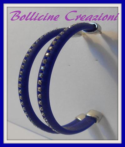 Orecchini con piattina di silicone e catena di strass blu