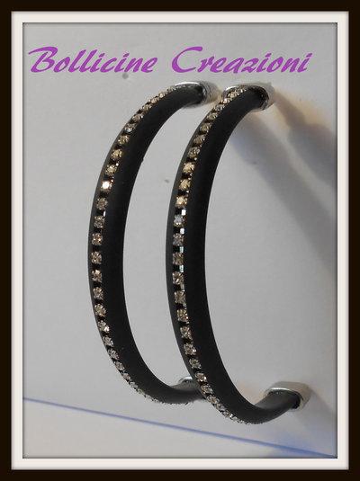 Orecchini a semi cerchio con piattina in silicone e catena strass colore nero