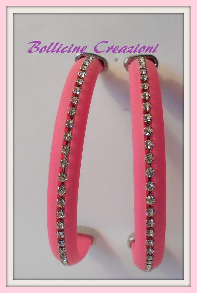 Orecchini semi cerchio con piattina di silicone e catena strass rosa fluo