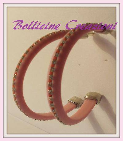 Orecchini a semi cerchio con piattina di silicone e catena di strass rosa