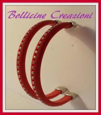 Orecchini a semi cerchio con piattina di silicone e catena strass rossi
