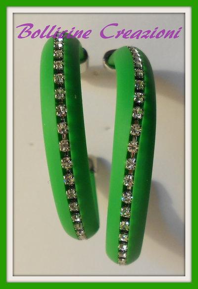 Orecchini a semi cerchio con piattina di silicone e catena strass verdi