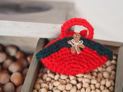 Mini BORSA rossa in lana- uncinetto.Decorata con miniature(gingerbread in feltro ,perline,ruche verde )Decorazione di Natale.Segnaposto,Confezione per gioiello,bomboniera(personalizzabile).Ornamento per pacco