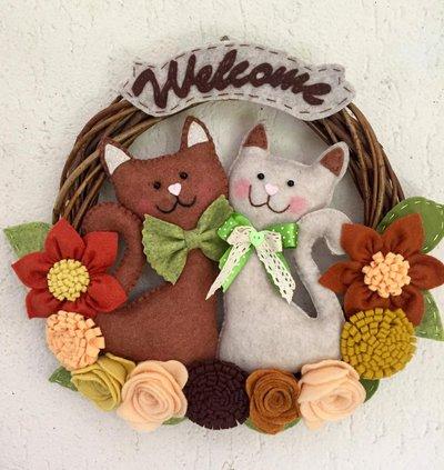Ghirlanda di benvenuto con gatti e fiori