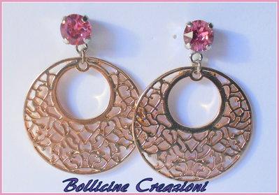 Orecchini a Perno Chaton Swarovski rosa con filigrana tonda ottone 35 mm colore oro rosa.