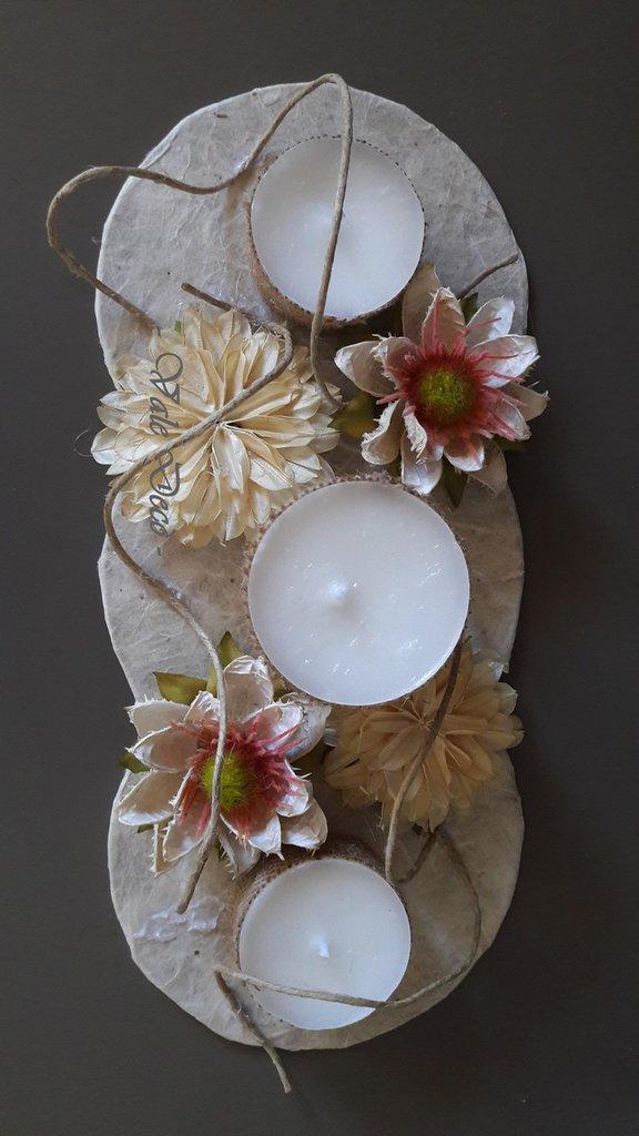 Centrotavola con tris di candele alla lavanda e fiori vintage