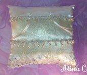 Goldy, cuscinetto portafedi con organza oro e pizzo ricamato su tulle, perle a goccia e strass per matrimonio, sposa,cerimonia